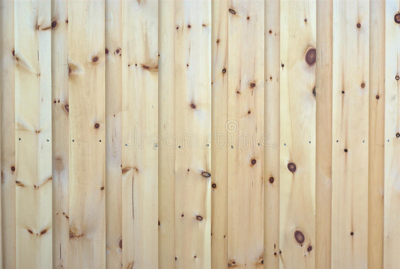 Parede da textura áspera vertical natural do pinho de madeira das pranchas fotografia de stock