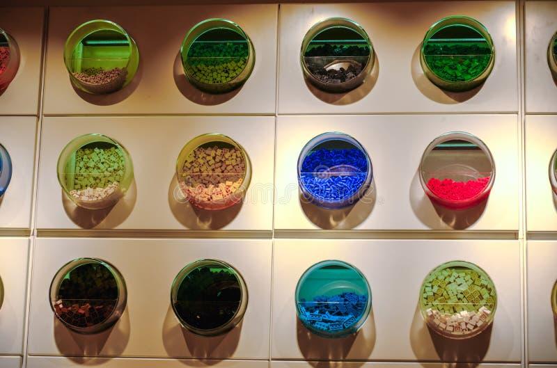 Parede da textura dos tijolos de Lego da prateleira Lego Store dos recipientes fotografia de stock royalty free