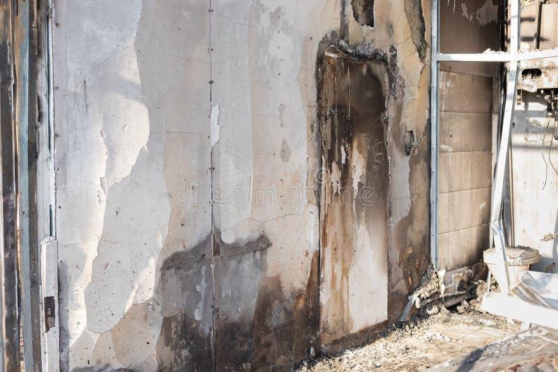 Parede danificada com vestígios de queimadura e fuligem preta no edifício após um incêndio imagem de stock