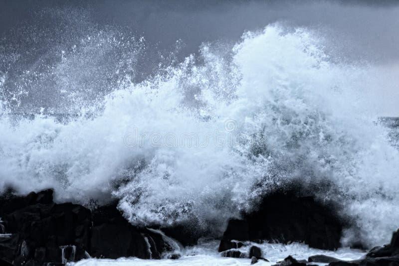 Parede de água como o tsunami - ondas turbulentas do Oceano Pacífico imagens de stock