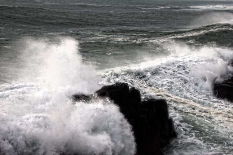 Parede de água como o tsunami - ondas turbulentas do Oceano Pacífico fotos de stock
