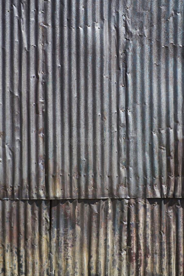 Parede de aço ondulada envelhecida - vertical imagens de stock