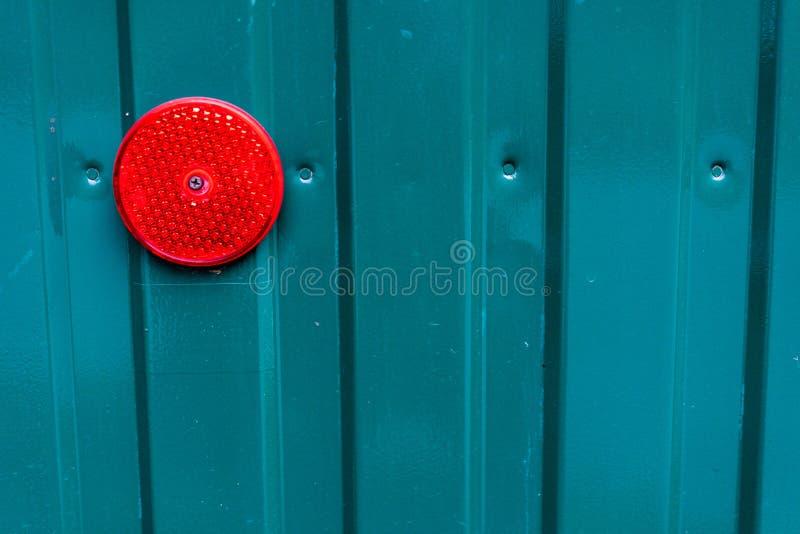 Parede de alumínio do metal azul de Tourquoise com luz vermelha imagem de stock