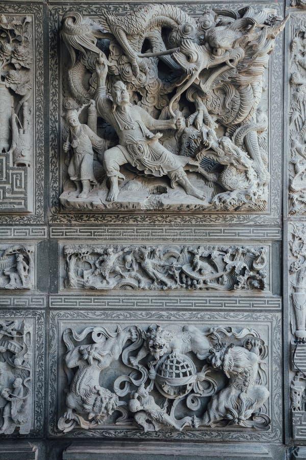 Parede de cinzeladura de pedra que disse sobre contos de fadas chineses, no templo chinês em George Town Penang, Malaysia imagens de stock royalty free