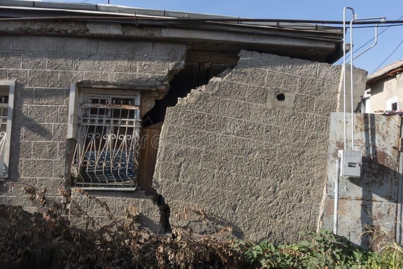 Parede de construção velha dilapidada casa danificada em Geórgia confidencial fotos de stock