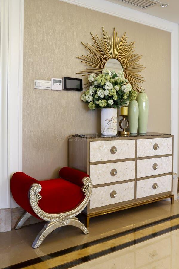 Parede de cortina, armário da sapata e uma cadeira fotos de stock