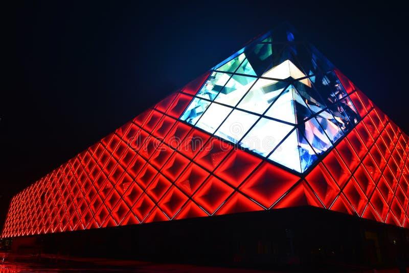 Parede de cortina conduzida das luzes da construção comercial moderna fotografia de stock royalty free