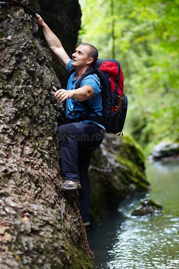 Parede de escalada da montanha do homem foto de stock