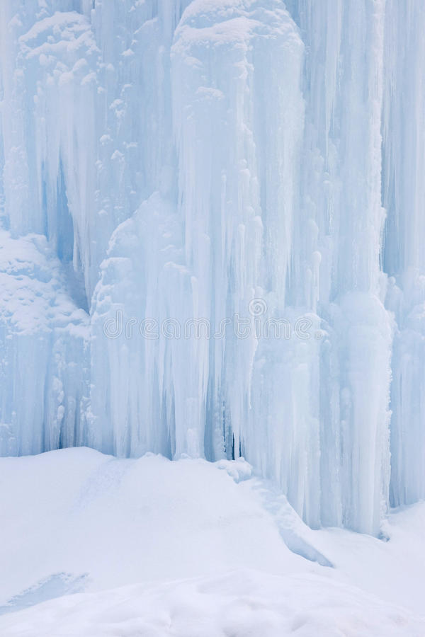 Parede de escalada do gelo foto de stock