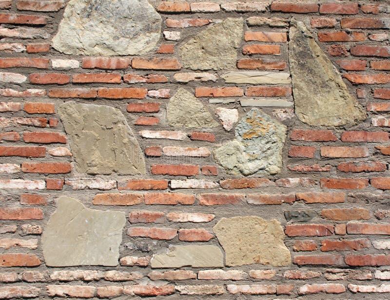 Parede de fortaleza antiga com tijolos e blocos de pedra fotos de stock royalty free