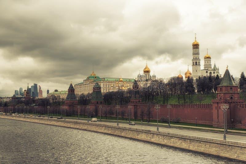 Parede de Kremlin e rio de Moskva fotos de stock