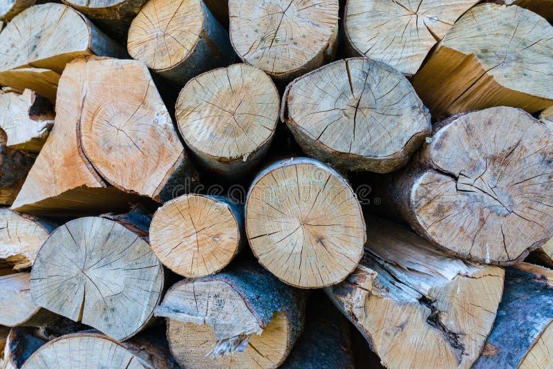 Parede de logs de madeira empilhados como o fundo imagens de stock royalty free