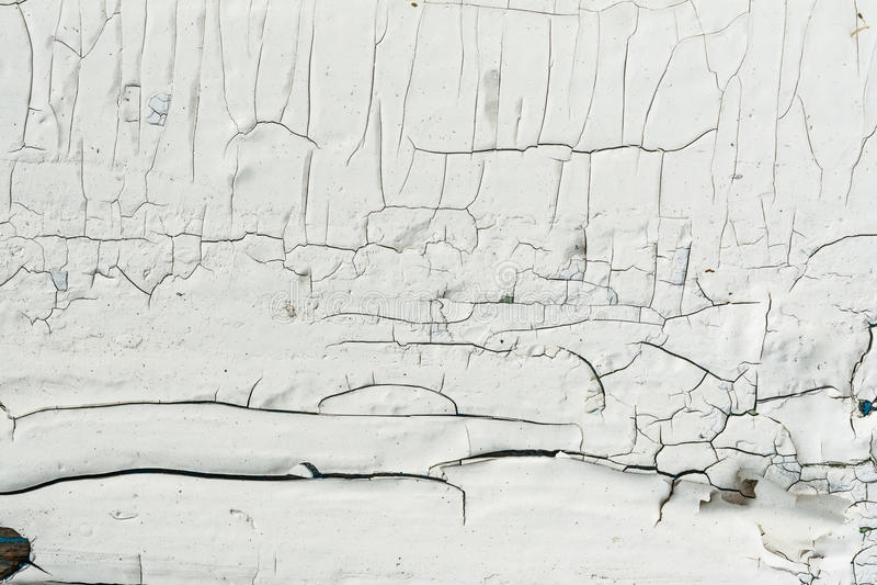 A parede de madeira com pintura branca é resistida severamente e casca fotografia de stock royalty free