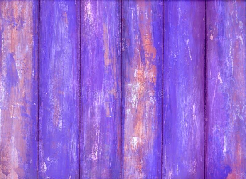 Parede de madeira com pintura violeta da casca imagens de stock
