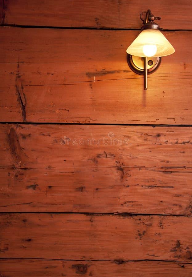 Download Parede De Madeira Crua Com Lâmpada Retro. Cores Mornas. Foto de Stock - Imagem de antique, rachado: 16859858