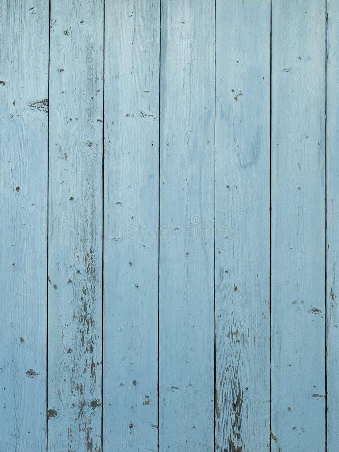 Parede de madeira do celeiro com afligido, descascando a pintura azul imagens de stock royalty free