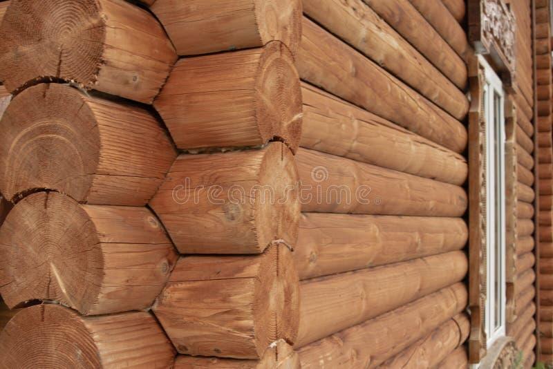 Parede de madeira dos registros do fundo rural da casa imagens de stock