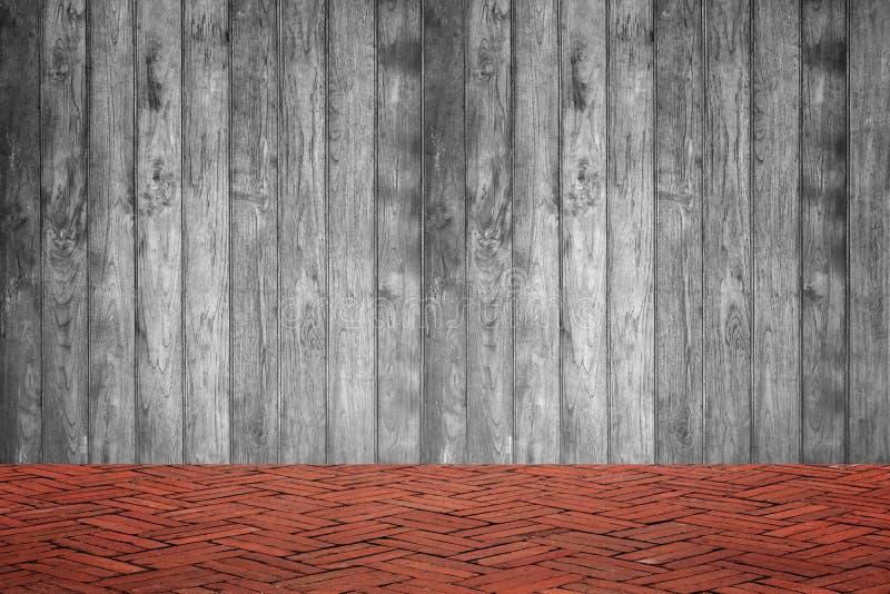 Parede de madeira e assoalho do tijolo vermelho na opinião de perspectiva, parte traseira do grunge fotografia de stock royalty free