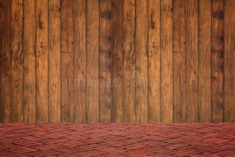 Parede de madeira e assoalho do tijolo vermelho na opinião de perspectiva, parte traseira do grunge foto de stock royalty free