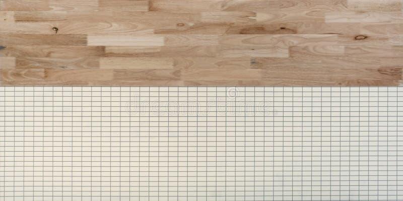 Parede de madeira natural e telhas brancas Pavimentando a textura da superfície do teste padrão Close-up do material interior par foto de stock royalty free