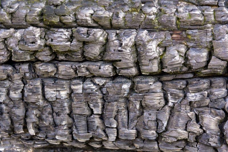 Parede de madeira queimada do vintage raro velho da casa dos logs para o fundo, papel de parede imagens de stock
