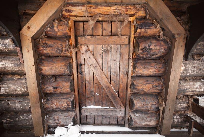 Parede de madeira velha com porta fechado imagens de stock