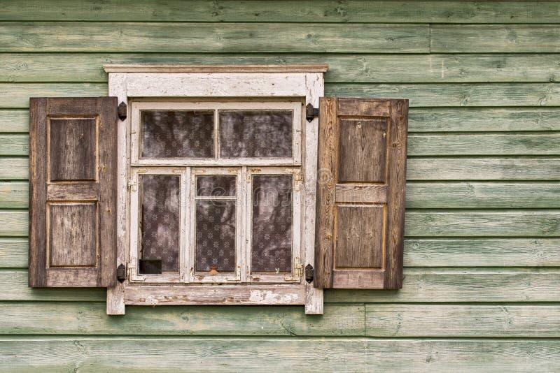 Parede de madeira velha com uma janela imagens de stock