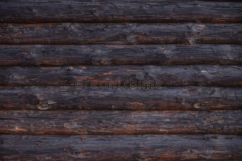 Parede de madeira velha da casa de log, textura rural do fundo fotografia de stock royalty free