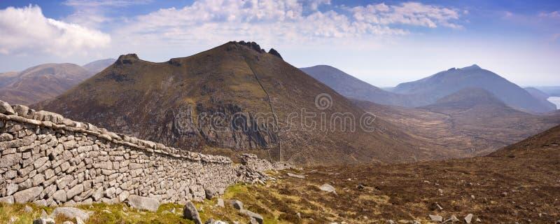 A parede de Mourne nas montanhas de Mourne em Irlanda do Norte fotografia de stock