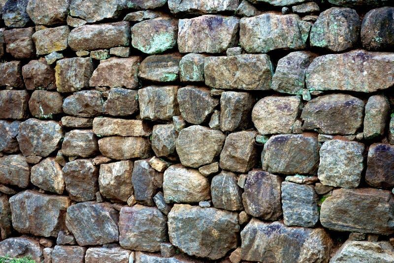 Parede de pedra antiga em ruínas de Sigiriya fotografia de stock