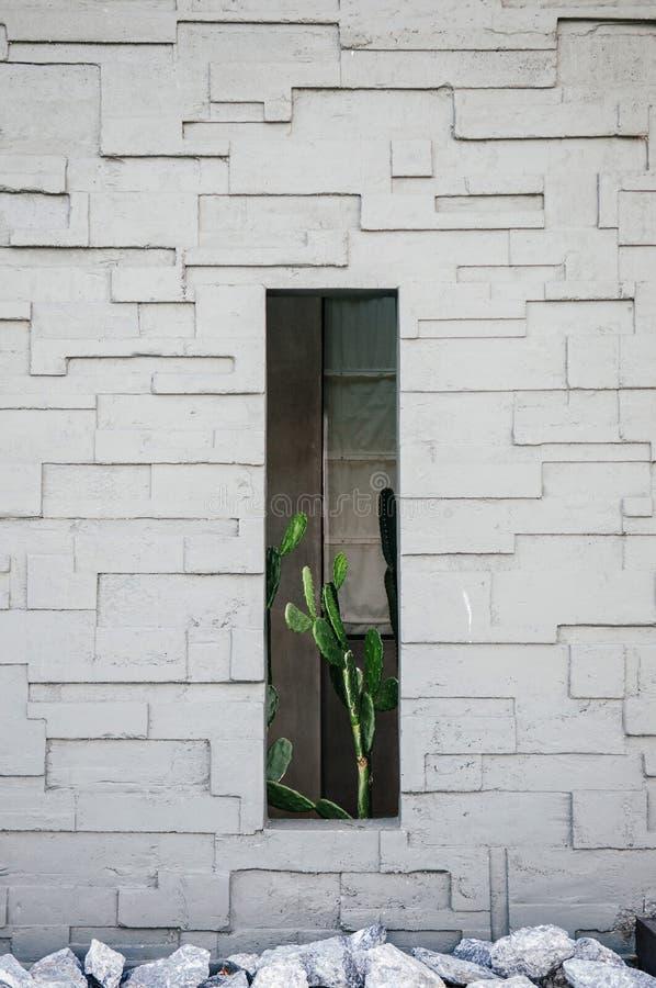 Parede de pedra cinzenta bonita da casa de campo das férias com rochas e verde imagem de stock royalty free