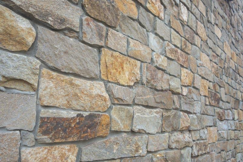 Parede de pedra contínua grande do cimento em um ângulo da perspectiva imagem de stock