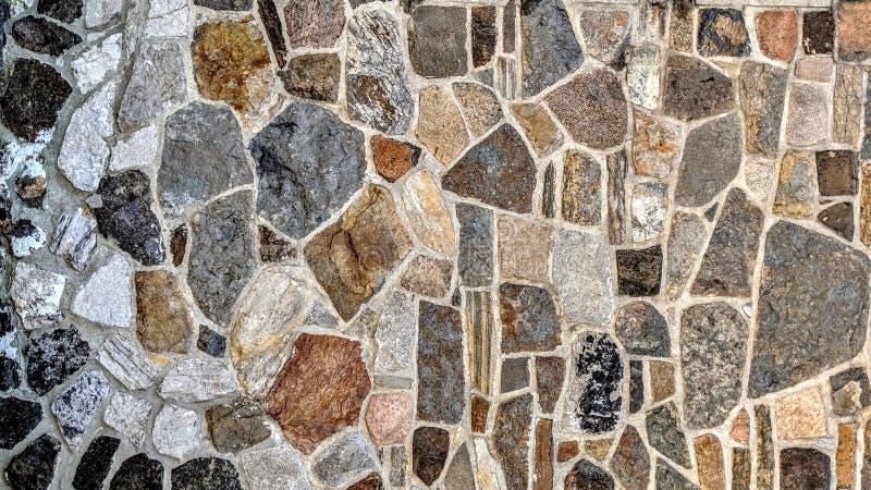 Parede de pedra de cores e de dimensões diferentes ilustração royalty free