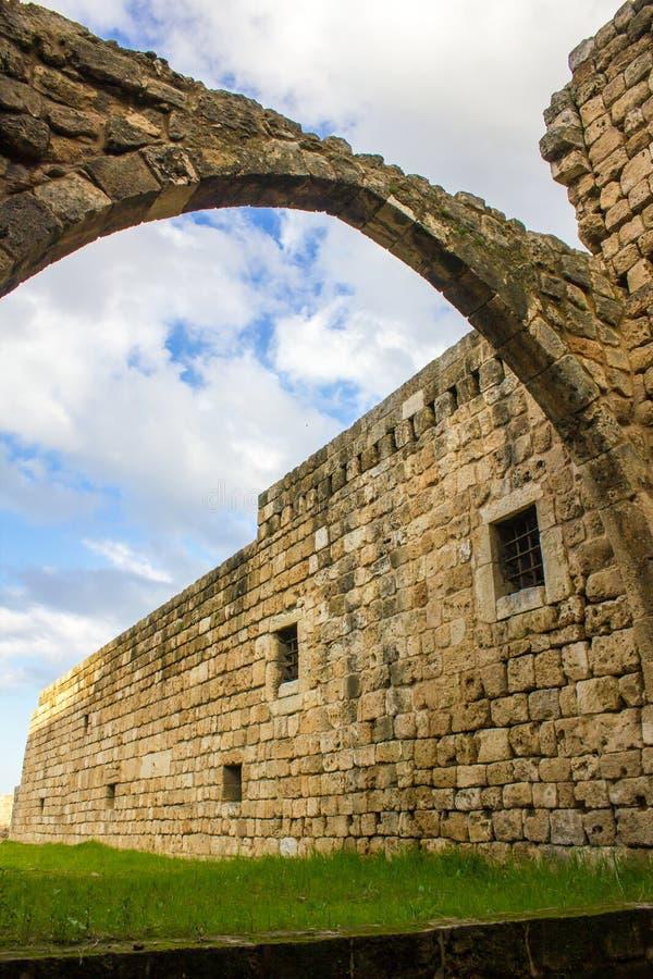 Parede de pedra da citadela do monte do peregrino de Raymond de Saint-Gilles aka em Tripoli, Líbano fotos de stock
