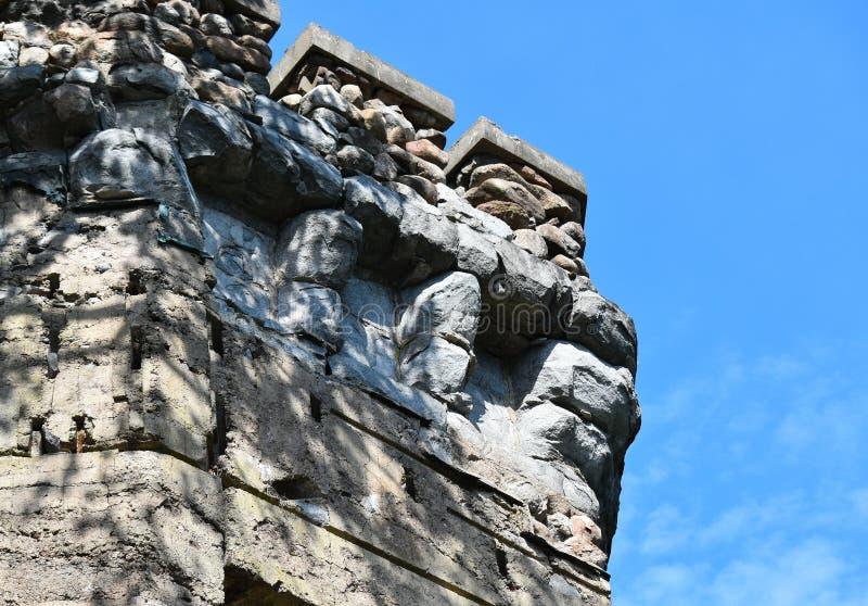 Parede de pedra do castelo velho e céu azul na cidade de Groton, o Condado de Middlesex, Massachusetts, Estados Unidos, Nova Ingl fotos de stock royalty free