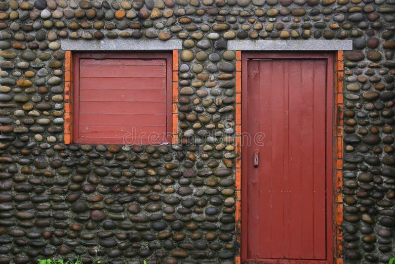 Parede de pedra do godo, janela de madeira e porta imagem de stock royalty free