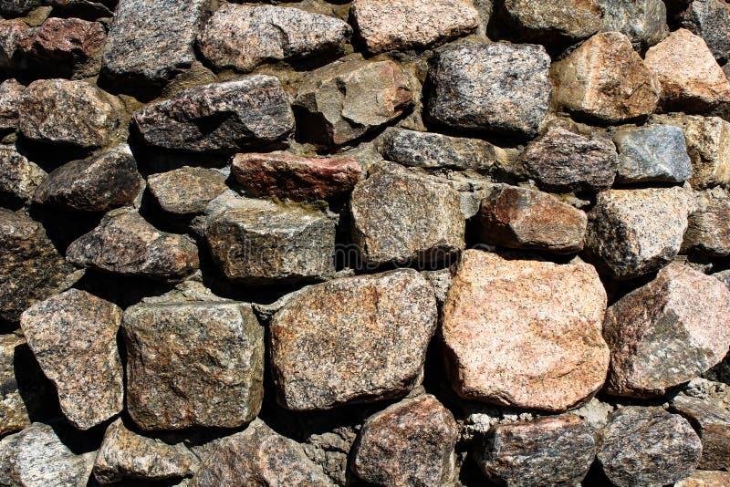 Parede de pedra do relevo com as grandes pedras velhas imagens de stock