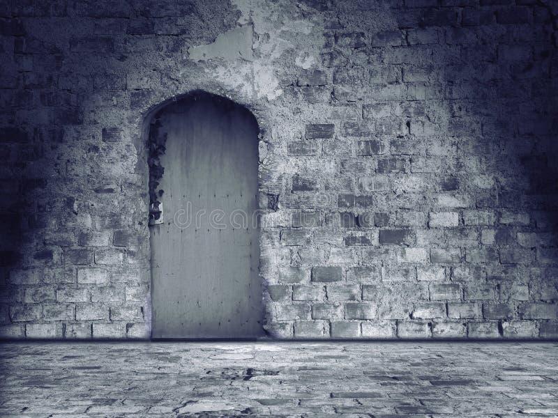 Parede de pedra e assoalho danificados velhos com porta fechado imagens de stock royalty free