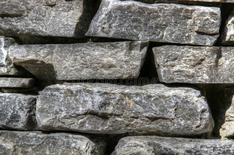 Parede de pedra empilhada do jardim imagem de stock royalty free