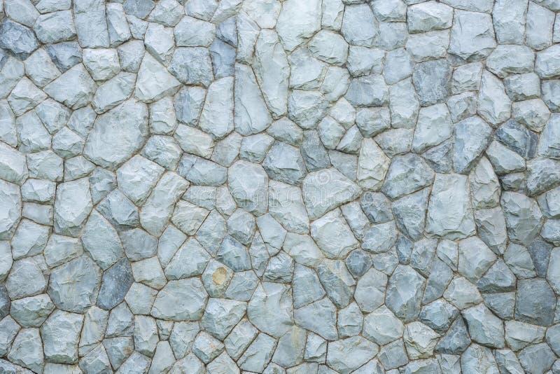 Parede de pedra exterior decorativa no jardim fotografia de stock