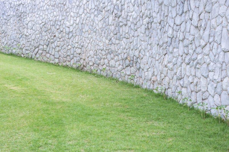 Parede de pedra exterior decorativa no jardim imagens de stock royalty free