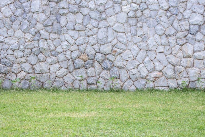 Parede de pedra exterior decorativa no jardim imagem de stock