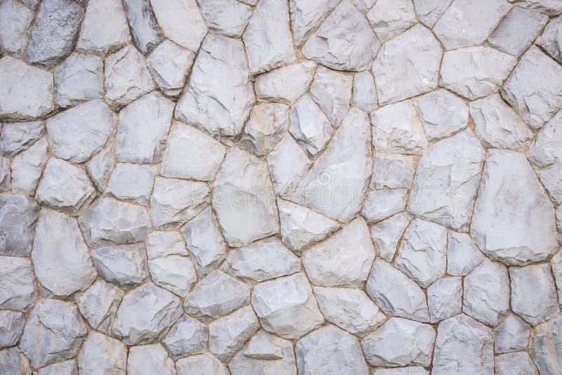 Parede de pedra exterior decorativa no jardim foto de stock royalty free