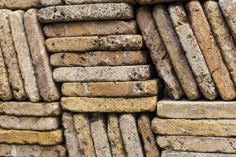 Parede de pedra feita fora dos tijolos desiguais imagens de stock
