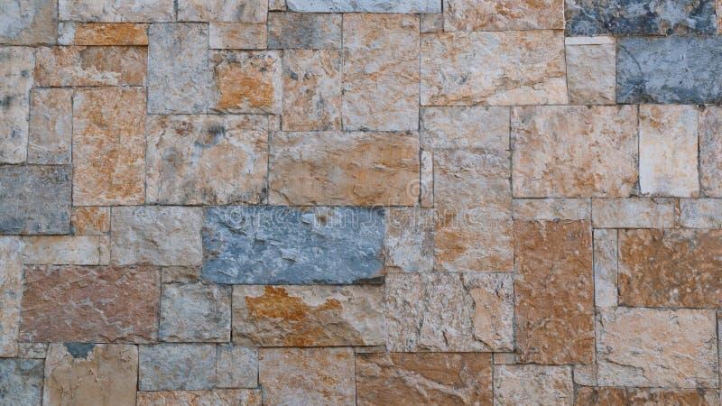 Parede de pedra marrom e cinzenta feito a mão foto de stock royalty free