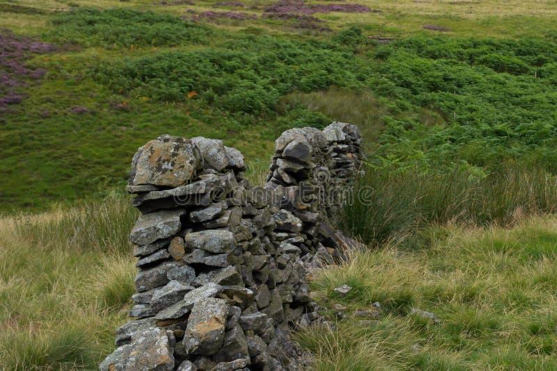 Parede de pedra nas montanhas imagens de stock