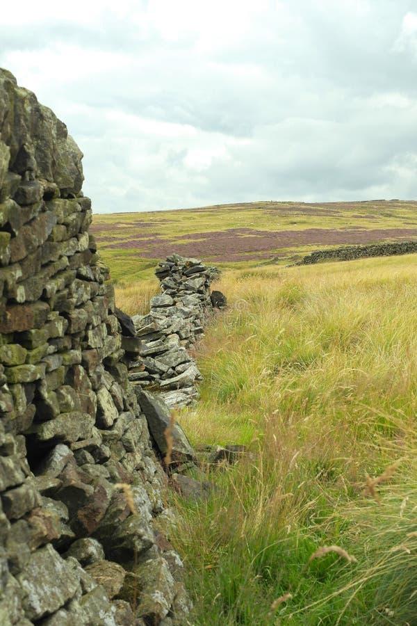 Parede de pedra nas montanhas fotos de stock royalty free