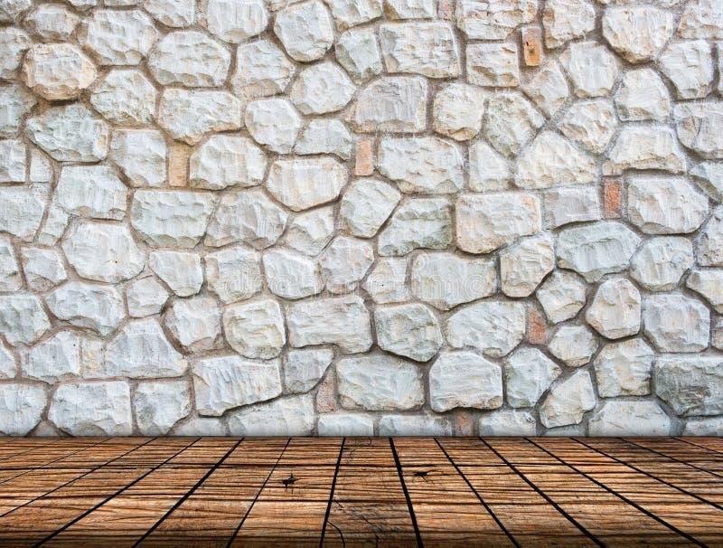 Parede de pedra no interior de madeira da sala do assoalho imagem de stock royalty free