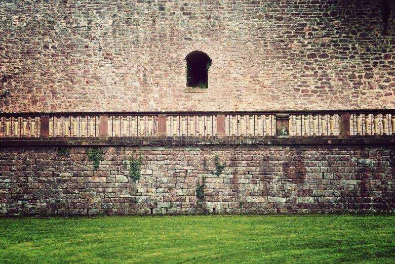 Parede de pedra, trilhos e grama no castelo de Heidelberg fotos de stock royalty free