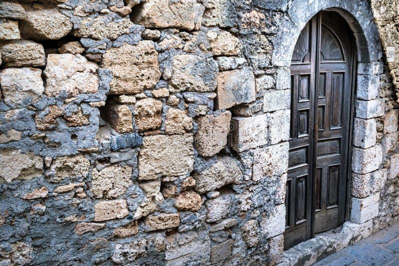 Parede de pedra velha e porta de madeira fotos de stock